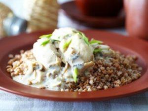 Гуляш в сливочном соусе (на выбор говядина, свинина, курица или утка) с гречкой