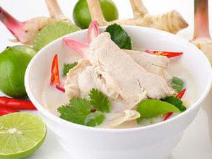 Том Кха Гай (кокоовый суп с курицей, грибами и ананасом)