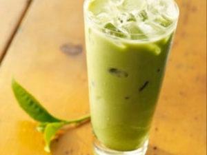 Зеленый чай со льдом и молоком